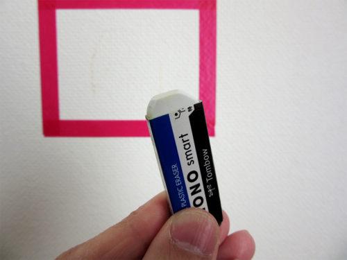 消しゴムはキレイな部分でこすります(黒く汚れていると壁に移る可能性が…!)