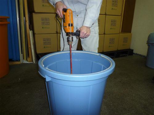 リバースコートの施工準備に必要な撹拌機と大きめの容器
