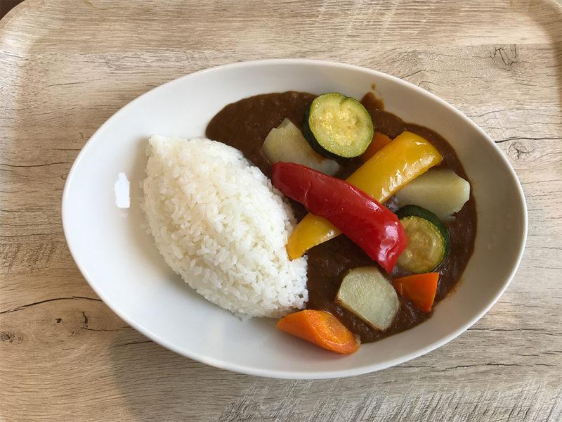 館内レストランの野菜カレー