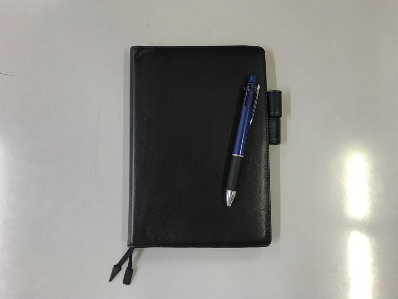 仕事の場面にも馴染む黒色カバーを付けた「月間ノート手帳day-free」