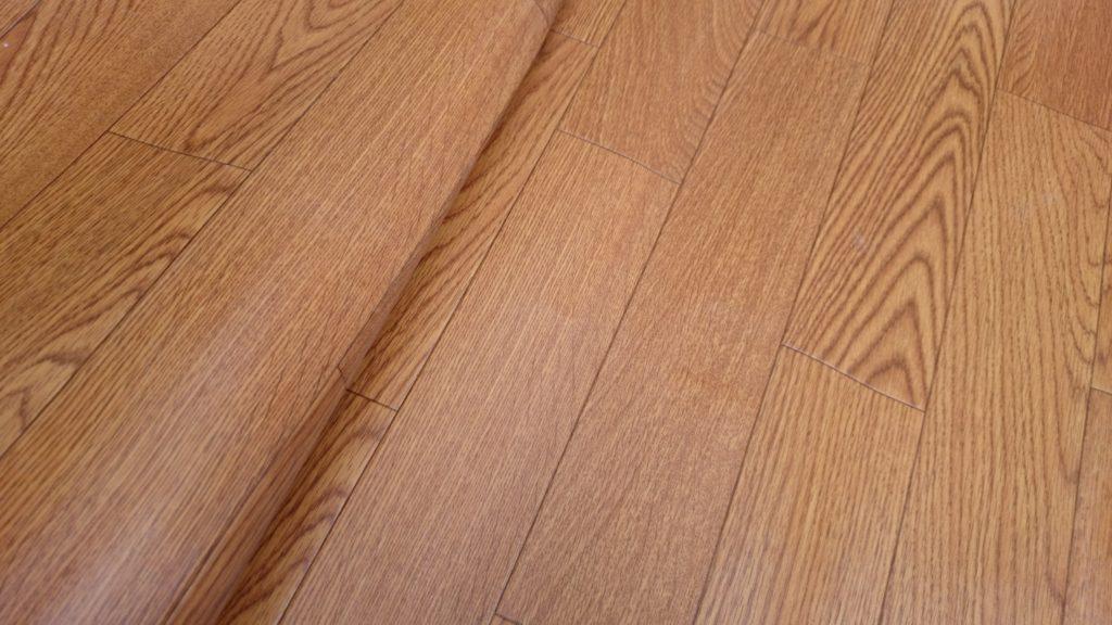 トイレや洗面室などの水回りによく使われる、柔らかい床材のクッションフロア