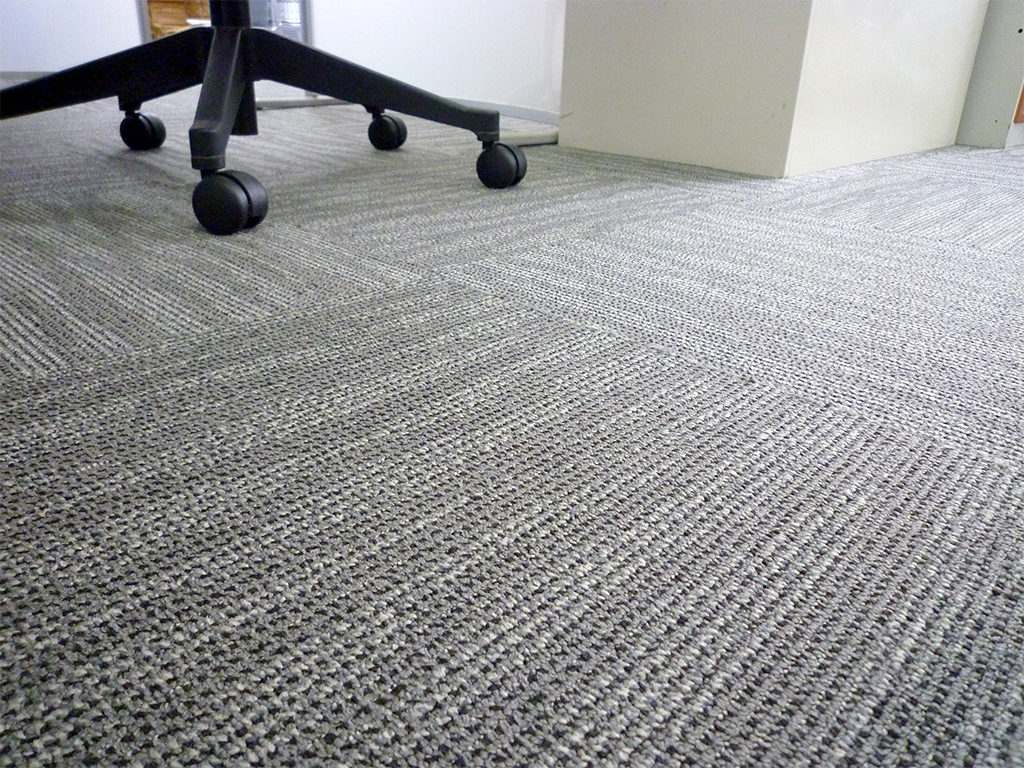 弊社の事務所もタイルカーペット敷きです