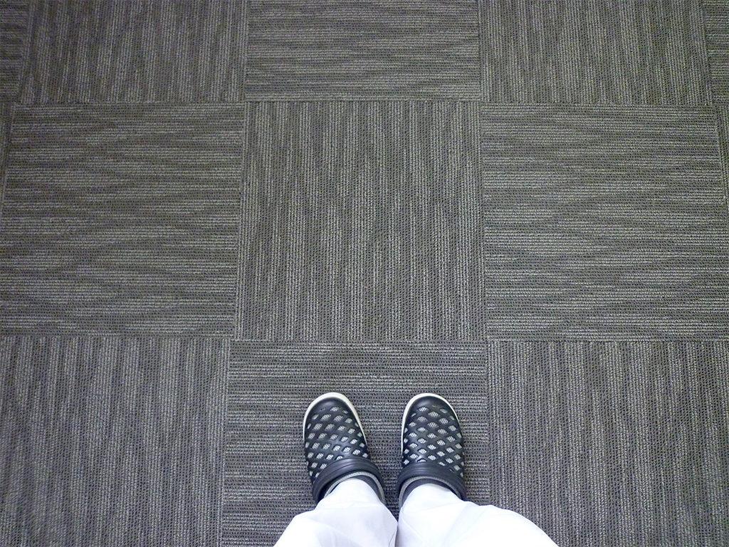 タイルカーペット敷きの床面を離れたところから撮影。正方形が組み合わさっています。