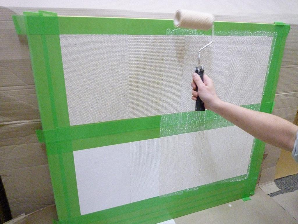 塗装下地壁紙にリバースコートを塗る様子