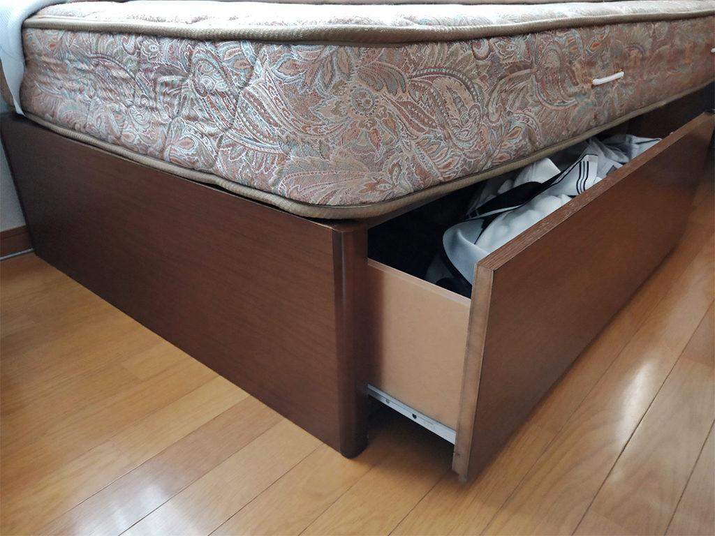 引き出しの内部・側面・裏面、ほかにはフレームの内側(未塗装部分)、ベッド脚の上下(未塗装部分)など塗装されていない部分があればその部分に塗布